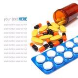 Pilules de médecine et boîte de pilule d'isolement sur le blanc Photo stock