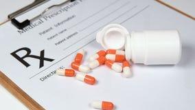 Pilules de prescription et papier de prescription Concepts de soins de santé clips vidéos
