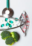 Pilules de stéthoscope de brocoli sur l'échelle de poids dieting Photos libres de droits