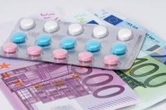 Pilules de vitamines dans la boursouflure avec d'euro billets de banque Photographie stock libre de droits