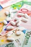 Pilules et billets de banque d'euro Photos stock