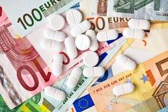 Pilules et billets de banque d'euro Photographie stock libre de droits