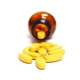 Pilules et bouteille d'isolement sur le fond blanc Photo stock