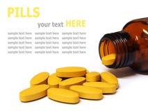 Pilules et bouteille d'isolement sur le fond blanc Photographie stock libre de droits