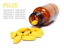 Pilules et bouteille d'isolement sur le fond blanc Image libre de droits