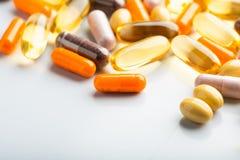 Pilules et capsules d'isolement multicolores photos stock