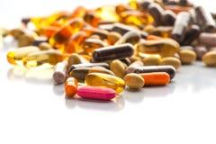 Pilules et capsules d'isolement multicolores image libre de droits
