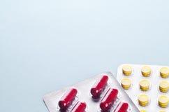 Pilules et capsules dans une boursouflure Images libres de droits
