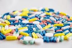 Pilules et capsules pharmaceutiques assorties de médecine sur la table Images libres de droits