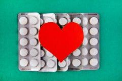 Pilules et forme de coeur photos libres de droits
