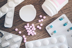 Pilules et habillages transparents de comprimé Photo stock