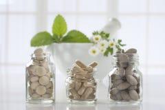 Pilules et mortier de phytothérapie au-dessus de lumineux photos libres de droits