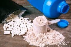 Pilules et protéine de Bcaa photographie stock libre de droits