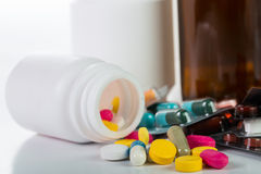 Pilules et récipient de drogue image stock