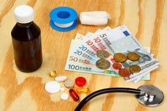 Pilules et stéthoscope médicaux à l'euro arrière-plan d'argent Photo stock