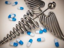 Pilules et symbole de pharmacie de caducée. photos stock