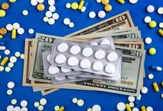 Pilules et un argent photographie stock libre de droits