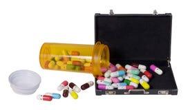 Pilules heureuses versant dans une serviette photo libre de droits