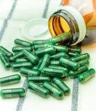 Pilules médicales sur le fond blanc de tissu Photos libres de droits