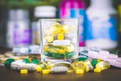 Pilules ou capsules de médecine sur le fond en bois Prescription de drogue pour le médicament de traitement photographie stock