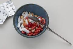 Pilules pharmaceutiques assorties dans une cuvette photographie stock libre de droits