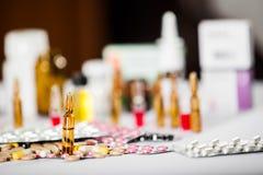 Pilules pharmaceutiques de médicament et de médecine dans les paquets Photo libre de droits