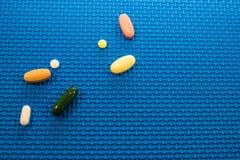 Pilules quotidiennes des tailles assorties Photographie stock