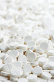 Pilules rondes blanches d'antibiotique de tablette de médecine Photos stock