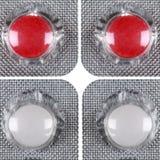 Pilules rouges et blanches dans une ampoule Image stock