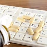 Pilules sur l'ordinateur de clavier Photos libres de droits