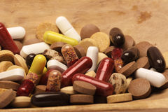 Pilules sur le fond en bois drogues Photos stock
