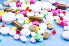 Pilules sur un fond bleu images stock