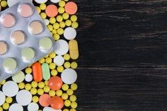 Pilules sur un fond en bois Images libres de droits