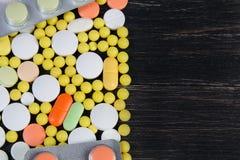 Pilules sur un fond en bois Photo libre de droits