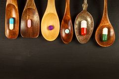 Pilules sur une cuillère Vente des médecines Dose de drogues Stéroïdes anabolisant sur la table photographie stock