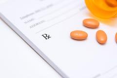 Pilules sur une protection de prescription image libre de droits
