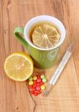 Pilules, thermomètre et thé chaud avec le citron pour des froids, traitement de la grippe et liquide Images stock