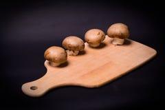 Pilz-brauner Champignon auf dem Kochen des Brettes Lizenzfreie Stockfotos