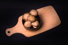 Pilz-brauner Champignon auf dem Kochen des Brettes Stockbild
