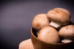 Pilz-brauner Champignon auf dem Kochen des Brettes Stockbilder