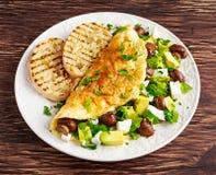Pilz-, Fetaei Omelett-Hexe Avocado, Gemüse, Kopfsalat, Kräuter und gegrilltes Brot stockfotos