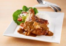 Pilz-Hühnerhieb mit Reis Stockfotos
