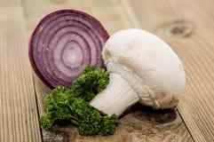 Pilz mit Zwiebel und Petersilie Stockfotografie
