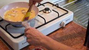 Pilz Omlette auf Pan Preparation über Koch stock footage