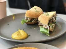 Pilz-und Mischungs-Blatt-Muffin lizenzfreie stockfotos