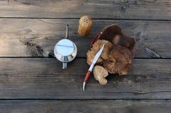 Pilze, Öl und Messer in der Weinlesetabelle Stockbild