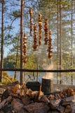 Pilze über dem Feuer Stockfoto