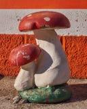 Pilze arbeiten Werkzeug im Garten stockbilder