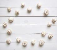 Pilze auf weißem Holztisch Beschneidungspfad eingeschlossen Lizenzfreie Stockbilder