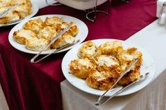 Pilze gebacken mit Käse Lizenzfreie Stockfotografie